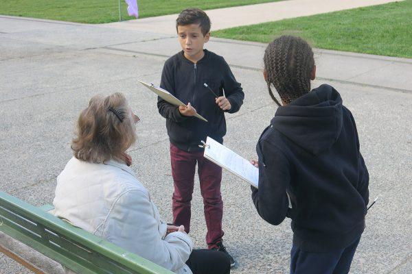 Deux jeunes reporters en pleine interview.