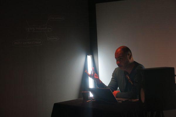 """Samedi 1er octobre : pour la Nuit blanche, Olivier Marboeuf rouvre son épopée """"L'an 2005"""" avec une lecture intitulée """"Que sont mes amis devenus ?""""."""