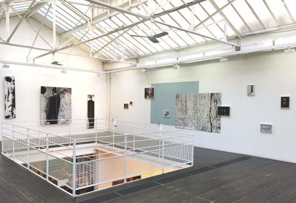 """Exposition """"Fragments"""" à la galerie Les Filles du Calvaire. A gauche, la série """"Le Cap"""" de Catherine Poncin."""